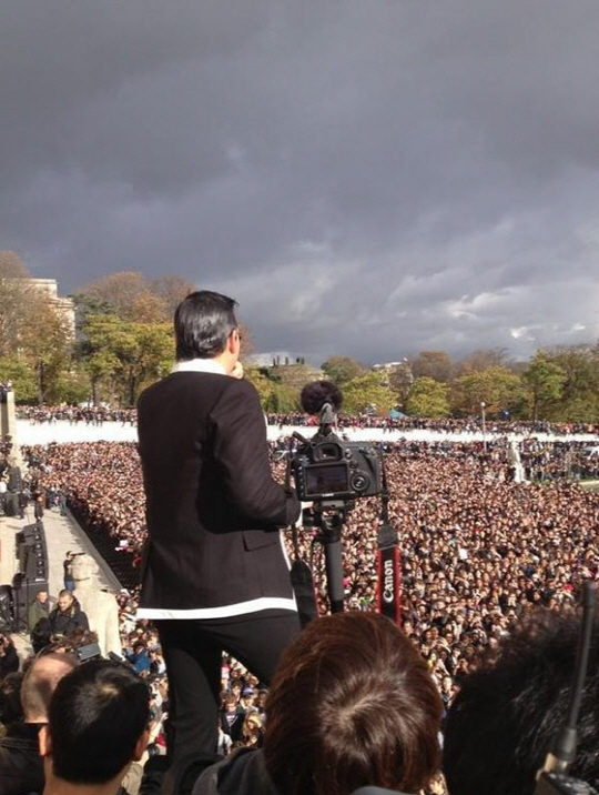 ''이런 장관 처음이야~'' 싸이, 2만명과 에펠탑 앞에서 말춤
