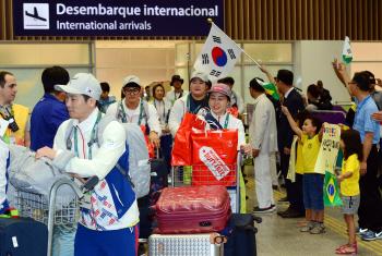 올림픽 선수단 '교민들 응원 속 리우 입성'