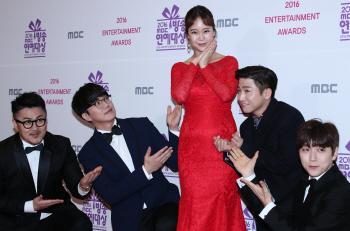 [포토]가수 백지영, '동료들의 축하에 감동'