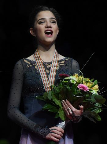 [포토] 김연아 기록 깬 에브게니아 메드베데바, 금메달 목에 걸고