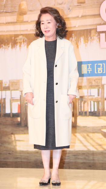 [포토]배우 윤여정, '윤식당 사장님이에요'