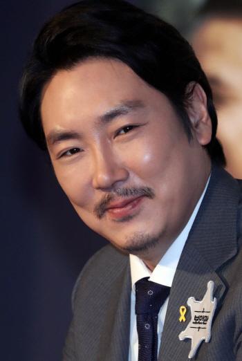 [포토]'노란리본' 단 조진웅의 미소