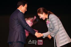 김상열회장에게 꽃다발을 전달하는 홍진주 선수협회장