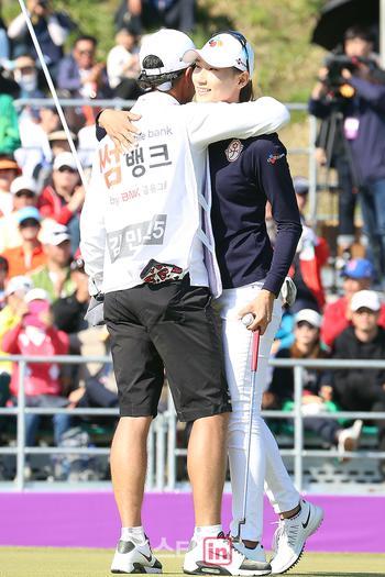 [포토] 김민선, '와이어 투 와이어 우승 캐디 오빠랑 만끽'