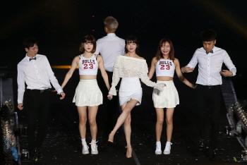 [포토]가수 아이유, '귀여운 댄스도 함께'