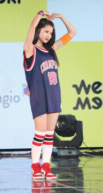[포토]리나 '팬을 향한 하트'