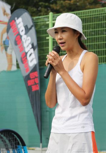 [포토]인사말하는 전 국가대표 테니스 선수 전미라