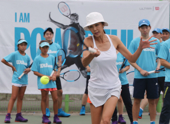 [포토]원 포인트 레슨하는 전 국가대표 테니스 선수 전미라