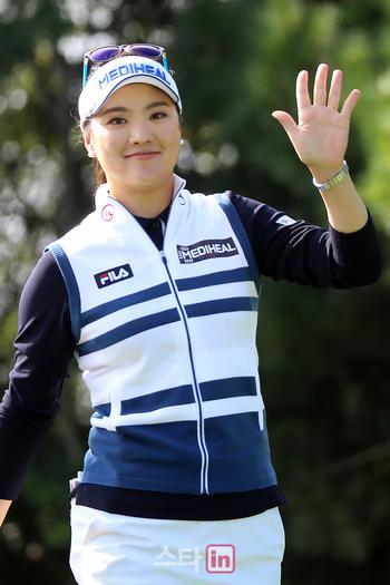[포토] 손 인사하는 유소연 '세계랭킹 1위의 여유로운 미소'