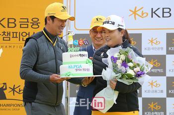 [포토] 남편 남기협의 축하를 받는 박인비 'KLPGA 네번째 명예의 전당 입성'