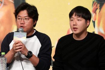 [포토]인사말하는 '알쓸신잡2' 나영석 PD-양정우 PD