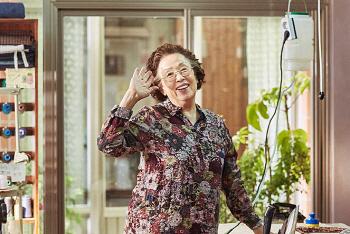 나문희, 대상인 `올해의 여성영화인상` 수상