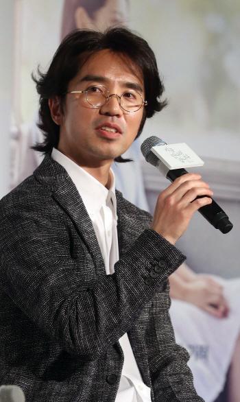 [포토]취재진 질문 답하는 이장훈 감독