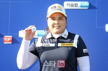 [포토] 7전 8기 매치퀸 박인비 '7라운드 고생 끝에 우승 안겨준 볼'