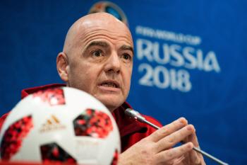 """FIFA 회장 """"러시아 월드컵, 역사상 최고""""…카타르 월드컵 11월 개최"""