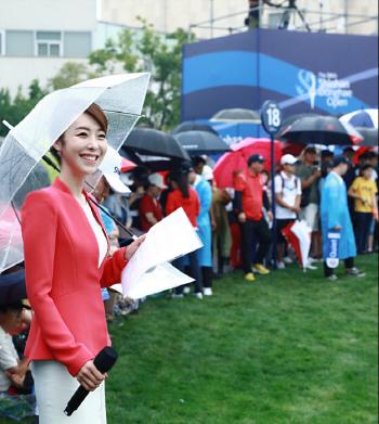 [포토]김미영 아나운서 비가 쏟아져도 기분 좋아요
