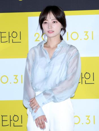 송하윤, 청순한 미소