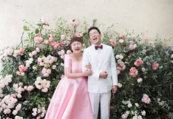 '17일 결혼' 홍윤화♥김민기, 웃음 만발 웨딩화보