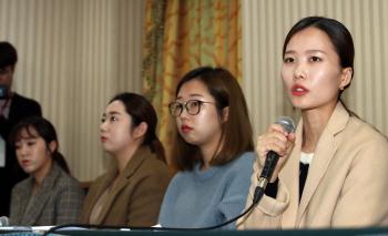 여자컬링 '팀 킴' 감독단, 팬들이 준 선물·편지도 뜯어봐