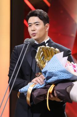 [골든글러브]김재환·전준우·이정후, 외야수 부문 수상