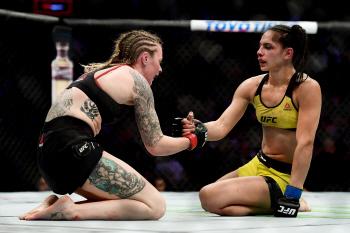 [포토] 'UFC' 두 여자 선수의 의리