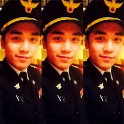 [승리게이트]승리 경찰제복 사진, 모자챙 무늬 판별 '변수'