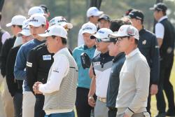 [포토] 2019 KPGA 골프볼 및 클럽 전 부문 사용률 1위 기념 행사에 집중하는 선수들