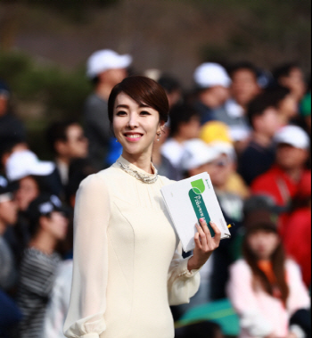 [포토]김미영 아나운서 '챔피언조 들어오기 전에 찰칵!'
