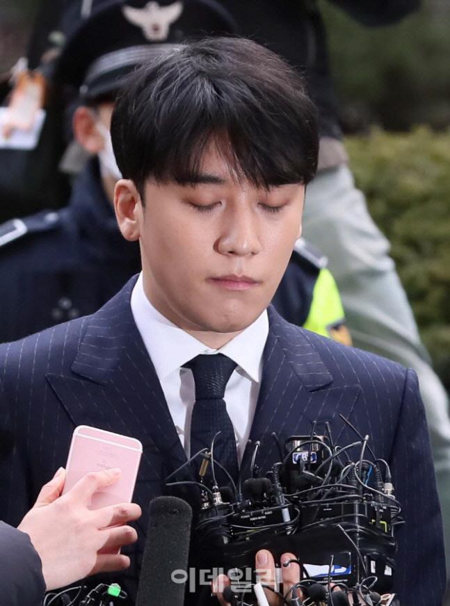 '승리 성접대 의혹' 성매매 및 알선자 17명 입건