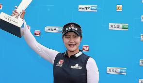 [포토] 김지현 '매치플레이 챔피언십 우승트로피 번쩍'