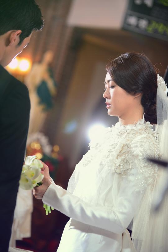이데일리 - [포토]이요원, 단아한 웨딩드레스 `너무 아름다워`