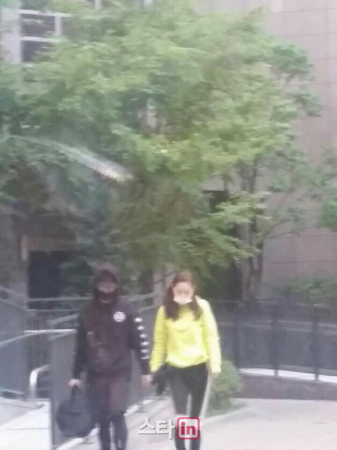 ソウル市内にあるミン・ヒョリンが住んでいるマンション付近で、ふたりがデートをしているところを激写されてしまいました。