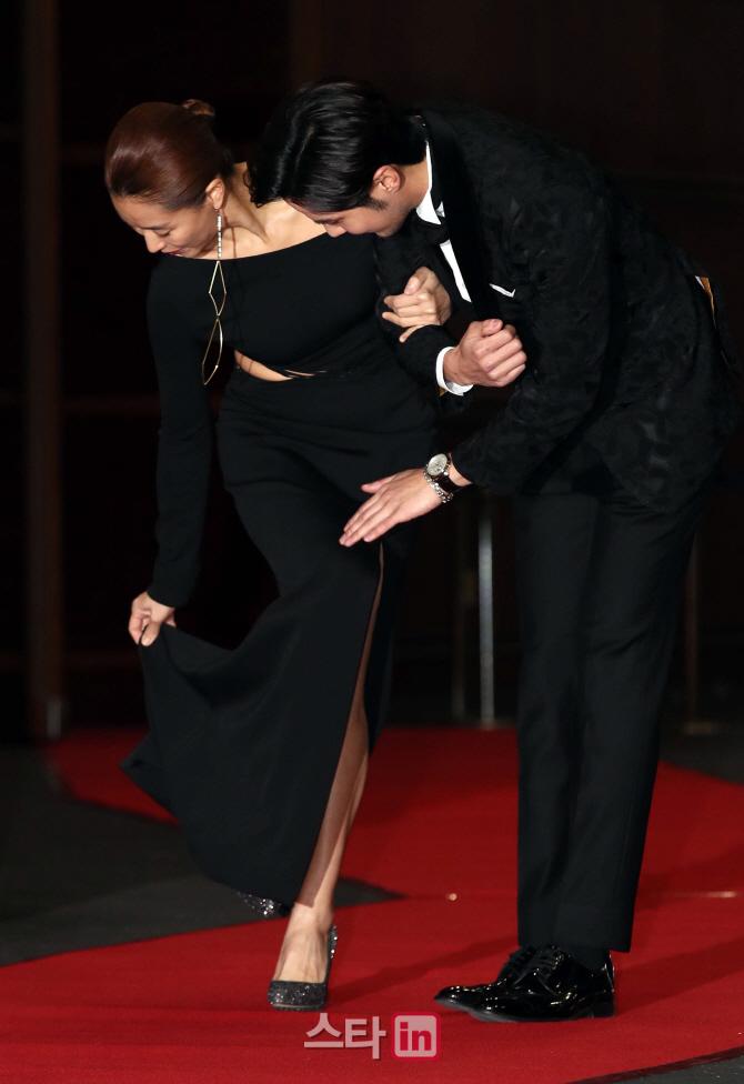 [포토]예지원-김지석, '드레스가 걸렸어'