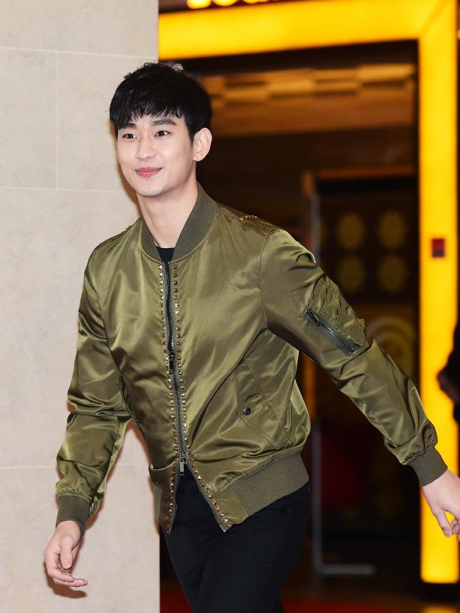 김수현, `별보다 더 반짝이는 모습으로 영화관 나들이~`