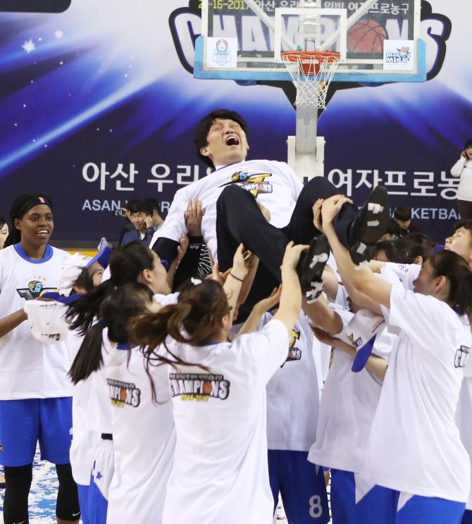 아산 우리은행, 여자프로농구 5년 연속 통합 우승 달성