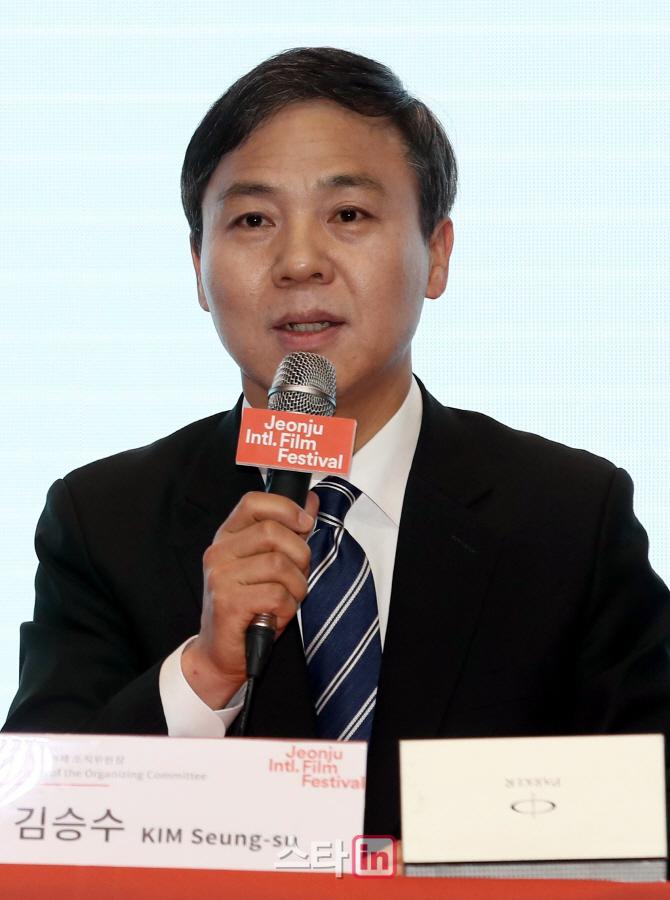 [포토]소감 밝히는 김승수 전주국제영화제 조직위원장