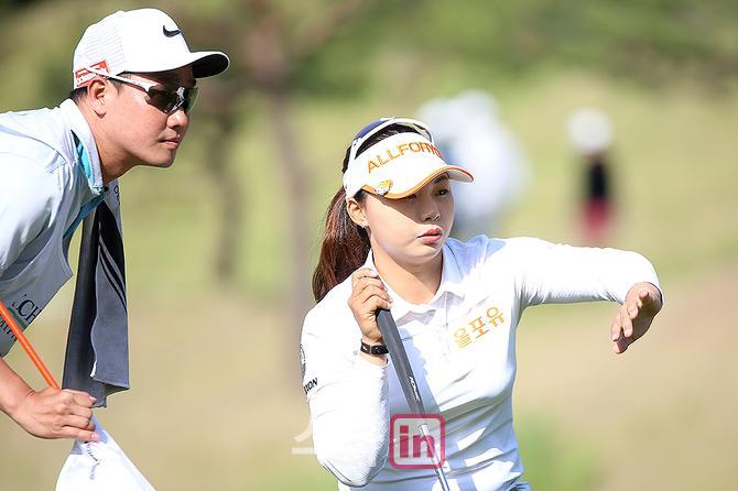 [포토] 김지영, `캐디와 2주 연속 우승 노린다`