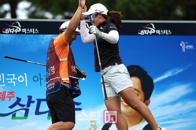 [포토] 홀인원 점프 박지영 `이렇게 기쁠수가`