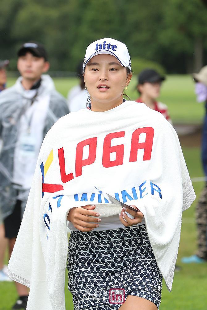 [포토] 시즌 첫승 고진영 `삼다수 물로 샤워했어요`