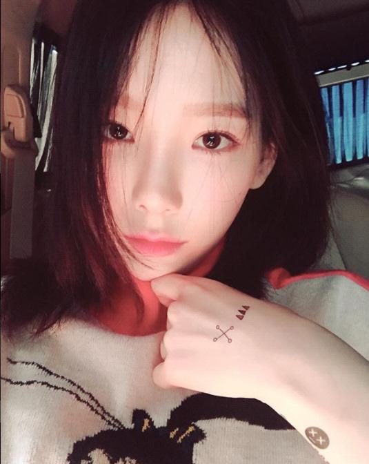 [포토]소녀시대 태연, 하얀 손 위 깜찍 타투
