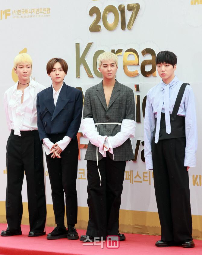 [단독]위너, 나영석PD '꽃청춘' 드디어 출국…'송가락' 나비효과