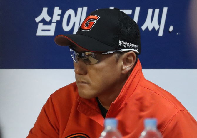 조원우 롯데 감독 `3차전 졌지만 분위기 그대로다`