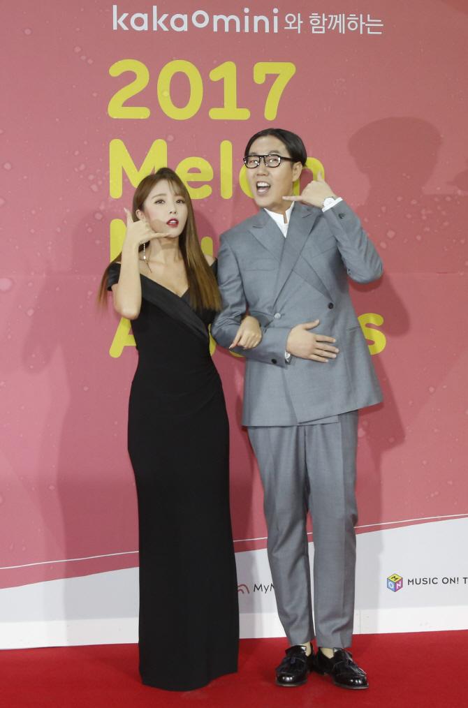 [포토]김영철 홍진영 `시선집중 레드카펫 커플`