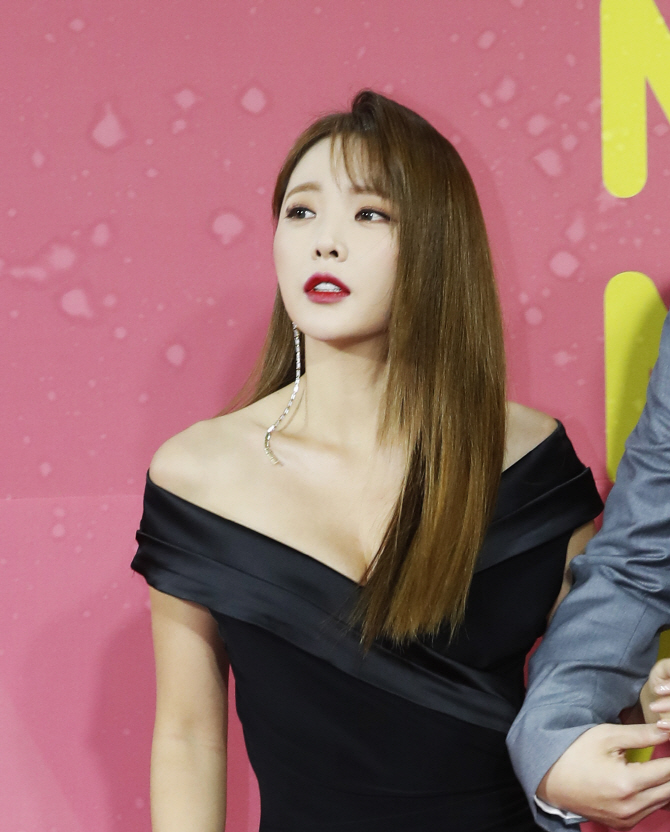 홍진영, '아찔한 가슴골'