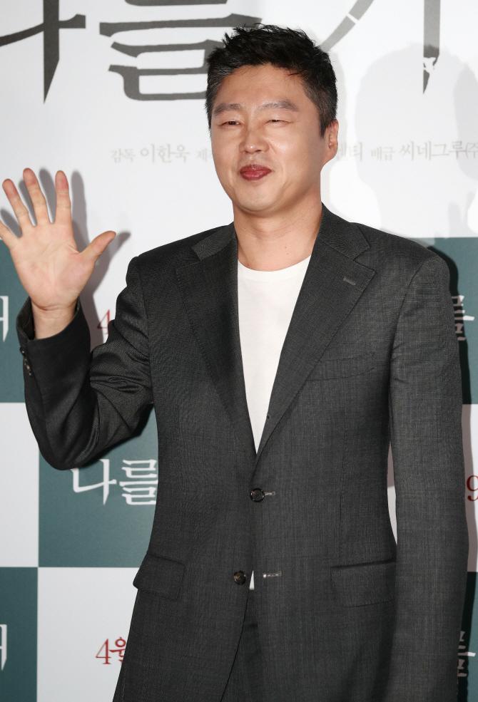 [포토] 손인사하는 김희원