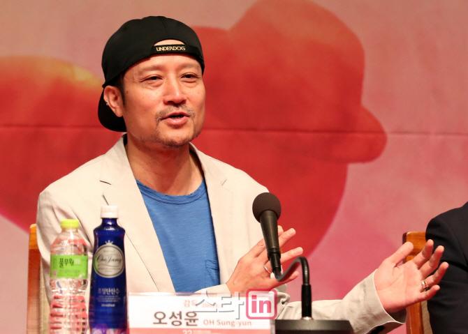 [포토]개막작 소개하는 오성윤 감독