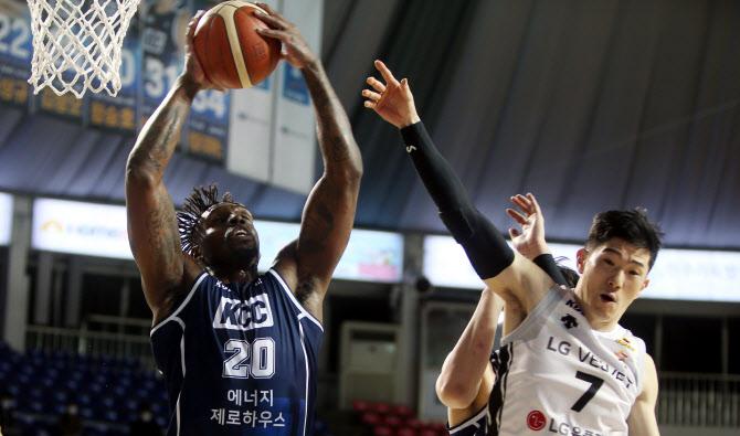 '엔트리 12명 전원 득점' KCC, LG에 38점 차 대승...11연승