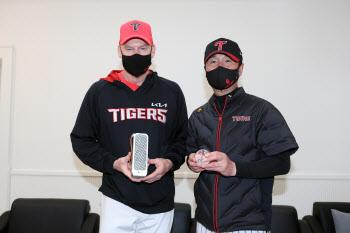 '선물투어는 계속된다' 윌리엄스 감독, 류지현 감독에 크리스탈 야구공 선물