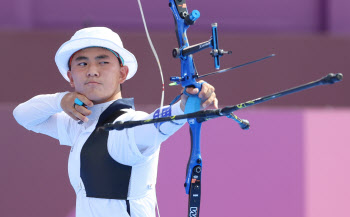 [도쿄올림픽]김제덕, 개인전 32강 탈락…3관왕 도전 실패