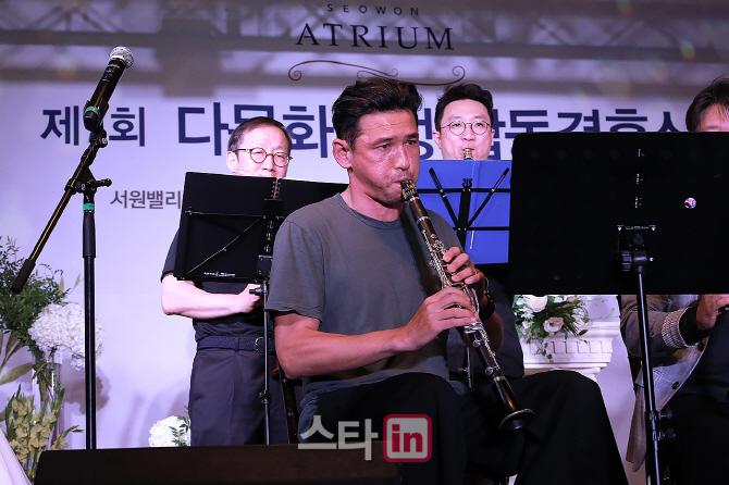 [포토] 배우 황정민 '열정적인 클라리넷으로 재능기부'